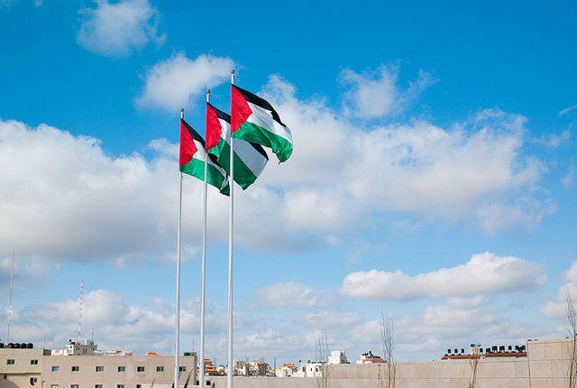 Drapeaux palestiniens sur le tombeau de Yasser Arafat