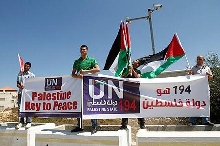 Bannières et drapeaux palestiniens pendant le lancement d'une campagne à Ramallah ce 8 septembre 2011.