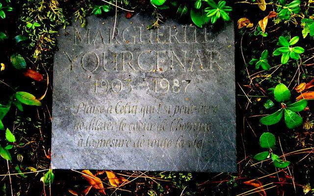 Plaque funéraire de marguerite Yourcenar