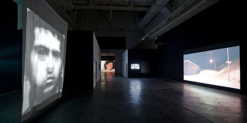 De g. à d. : Christian Boltanski, Entre-temps 2, 2003 ; Ange Leccia, Sabatina, 1997 ; Benoît Broisat, Bonneville, 2004 ;
