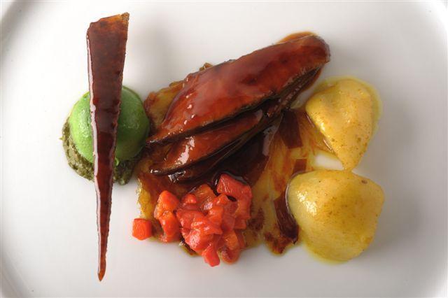 Canard laqué-poivron rouge-feuille de date-navet au colombo / Pierre Gagnaire