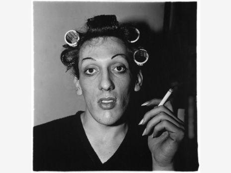 Jeune homme en bigoudis chez lui, 10è rue, New-York, 1966