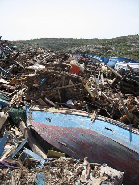 Les baques des immigrés clandestins détruites sur l'ile de Lampedusa