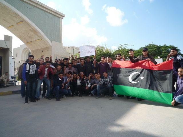 Etudiants de l'université de Tripoli montrant leur drapeau