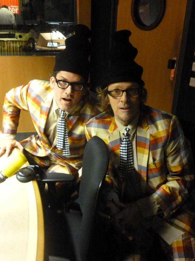 Les Hilton Brothers dans le studio