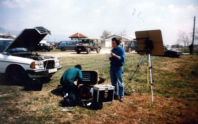 Kosovo. La valise satellite est déployée, Pierre Billaud enregistre un papier