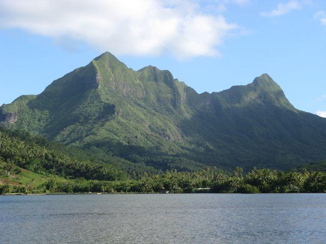 La montagne de l'île de Raiatea depuis la mer