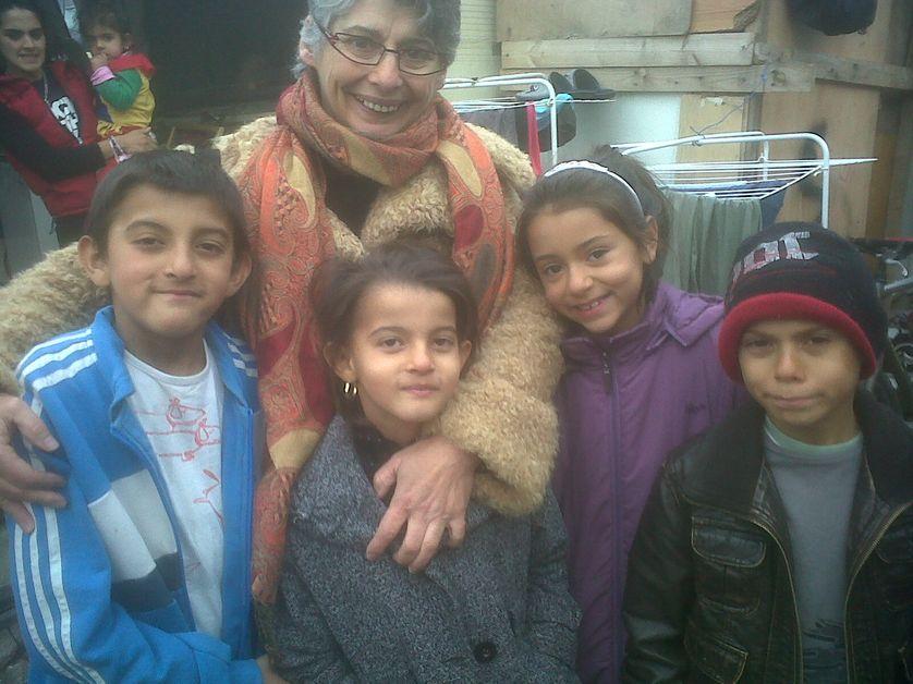 """Veronique Decker et ses élèves roms dans le quartier de """"la folie"""" à Bobigny"""