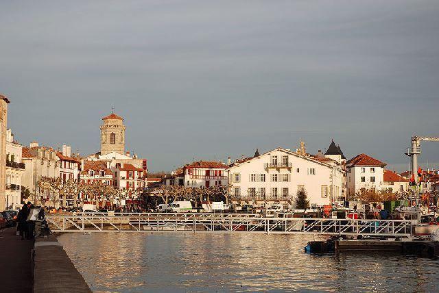 Saint-Jean-de-Luz, l'église Saint-Jean-Baptiste vue du port