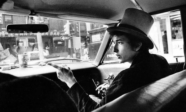 Bob Dylan en chapeau haut-de-forme, en voiture, Philadelphie, 1964