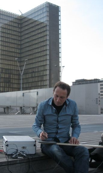 Gilles Sivilotto sur les marches de la Bibliothèque  Nationale de France (Paris 13)