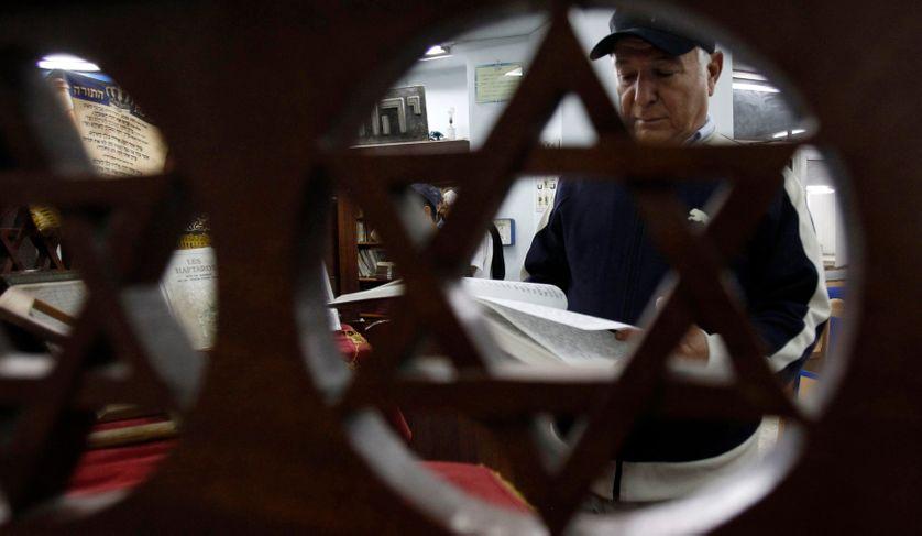 Un juif tunisien lit la Torah dans une synagogue à Tunis, le 26/10/11