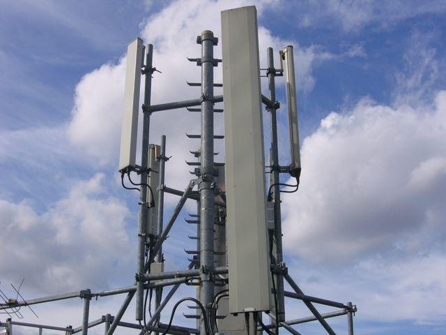 Une antenne relais GSM sur un toit à Paris