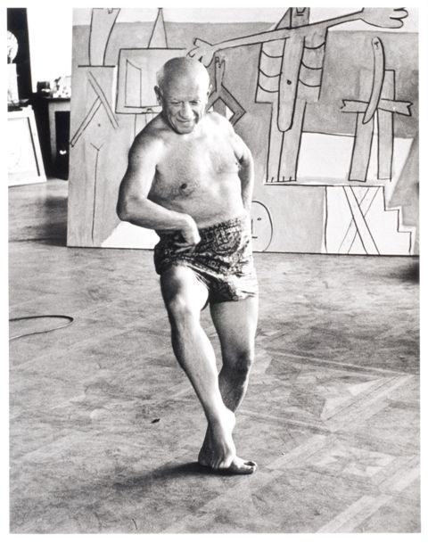 Picasso dansant devant les Baigneurs à la Garoupe