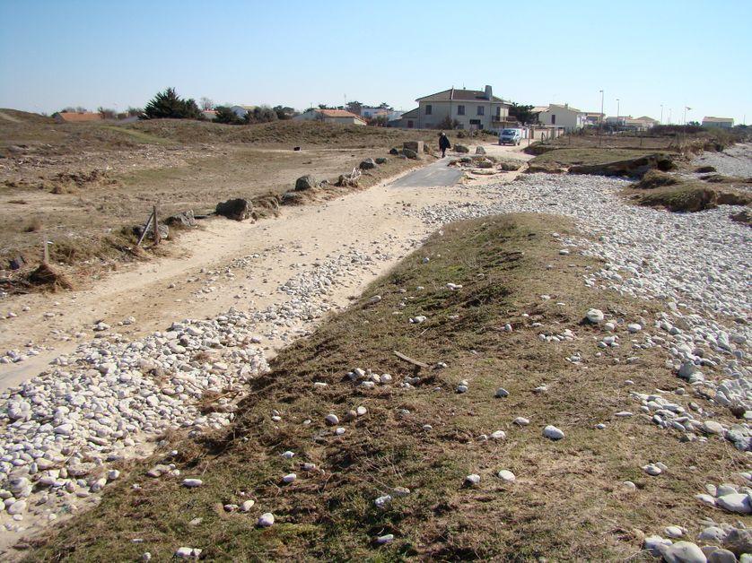 Brèche ouverte dans les dunes à Oléron, submersion et destruction d'une route côtière par la tempête Xynthia