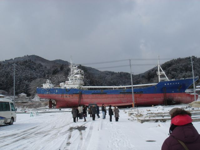 Un cargo déposé en pleine zone industrielle par la vague du Tsunami
