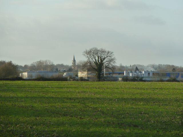 Le site de l'usine d'Aprochim de Brez-en-Bouère situé à quelques centaines de mètres de l'église de la commune