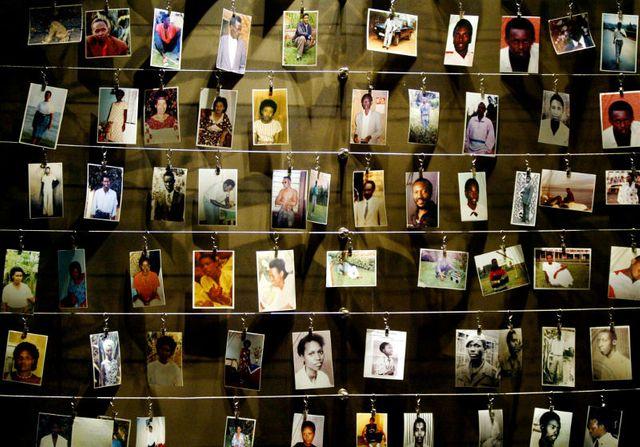 Des photos de personnes tuées pendant le génocide au Rwanda, à Kigali en avril 2004
