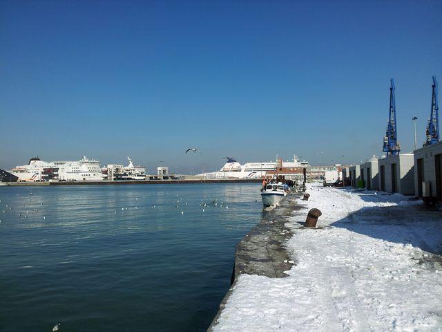 Le port de Calais, au loin les bâteaux de SeaFrance