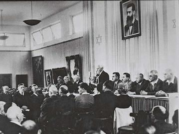 David Ben Gourion lisant la déclaration d'indépendance d'Israël à Tel Aviv le 14 mai 1948