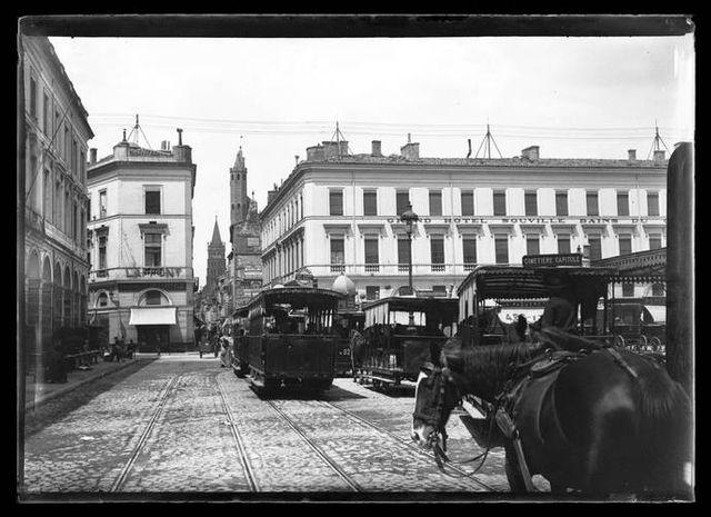Tramways hippomobiles sur la place du Capitole à Toulouse en 1899 - Photographie d'Eugène Trutat
