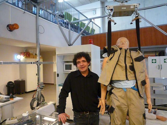 Jean-Pierre Merlet directeur de recherche à l'INRIA modifie des objets du quotidien pour recueillir des données sur les gestes