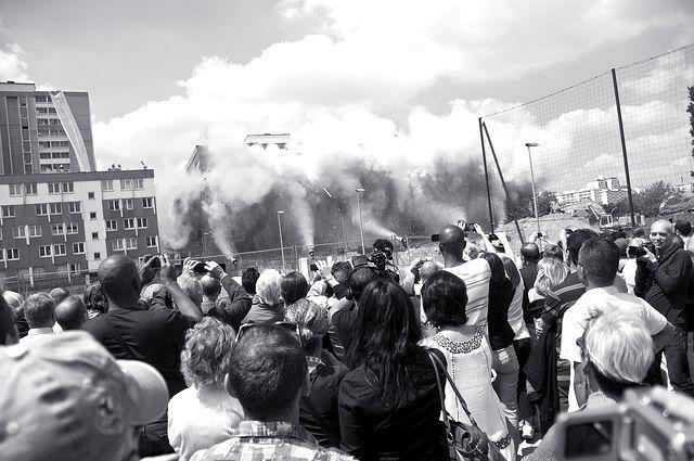 Démolition de la tour DEF du quartier Balzac à Vitry-sur-Seine dans le cadre d'une opération de renouvellement