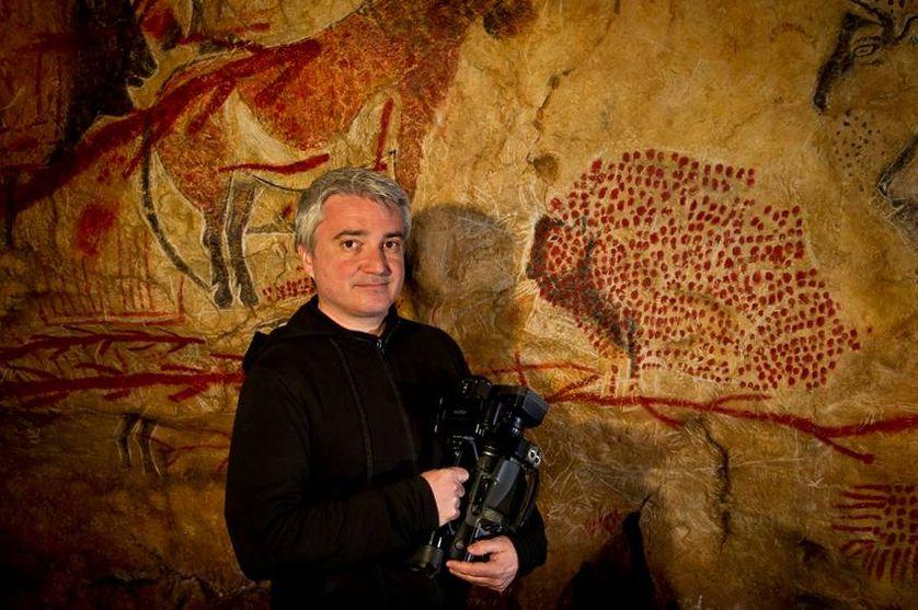 Marc Azema, devant le fac-similé de la grotte de Marsoulas visible dans le Parc de la Préhistoire de l'Ariège