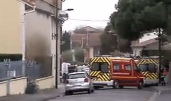 Une colonne de fumée s'échappe de l'immeuble