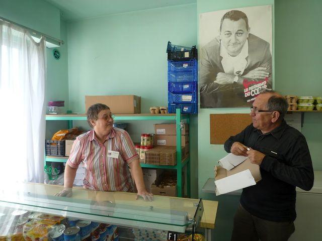 Les bénévoles accueillent et accompagnent les bénéficiaires deux fois par semaine