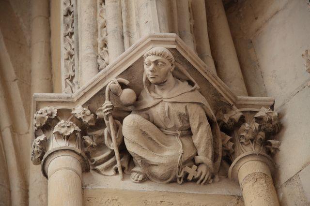 Sculpture de moine en clef de voûte sur l'entrée Nord de la cathédrale Notre-Dame de Bayonne