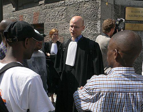 Sans-papiers: manifestation des avocats en toge au Parlement