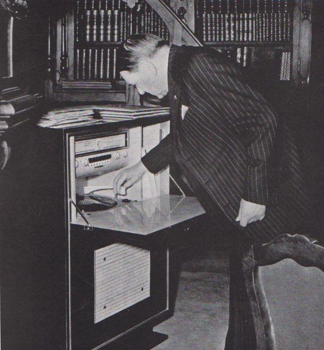 Le président de la République René Coty au salon-bibliothèque de l'Elysée en 1956