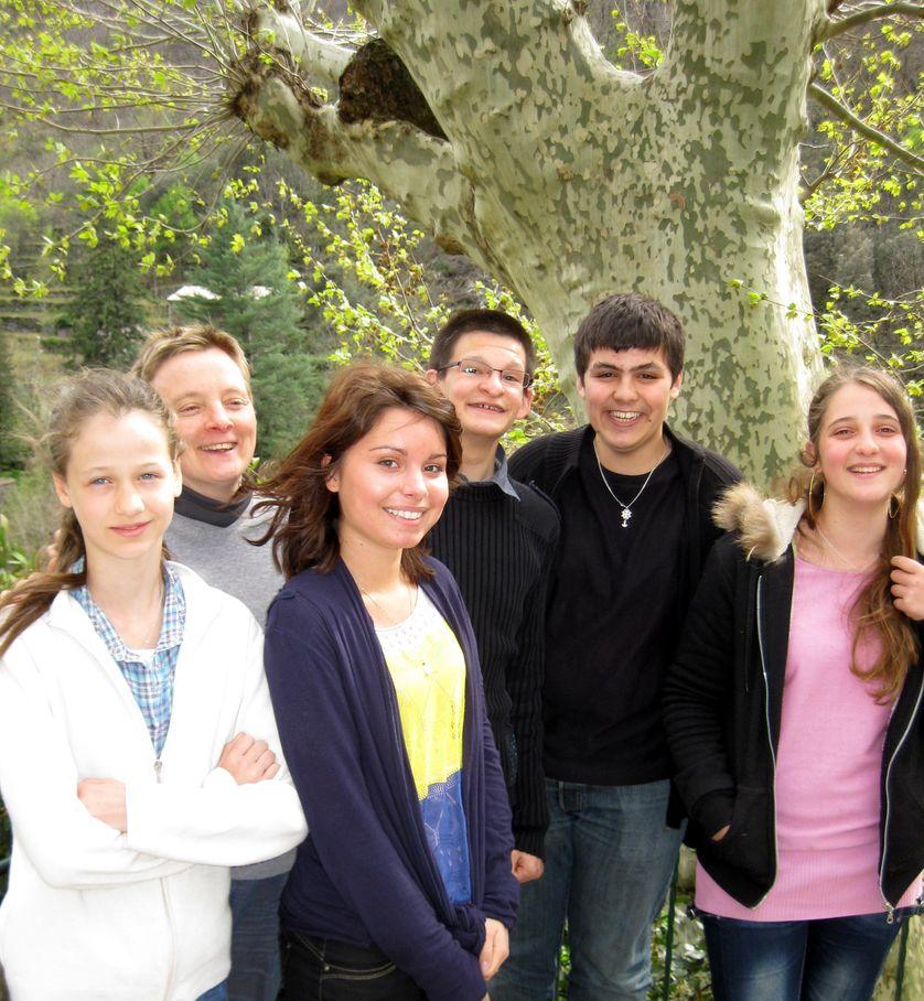 Le pasteur Catherine Josse  et son groupe de jeunes.