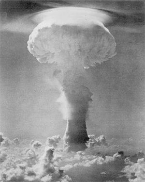 Le champignon atomique résultant de l'explosion du test Gerboise bleue, le 13 février 1962, au sud-ouest de l'Algérie
