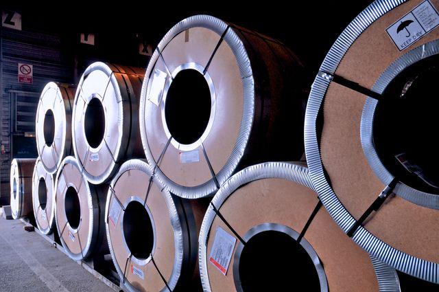 Les bobines de plaque d'acier, certaines pèsent près de 30 tonnes.