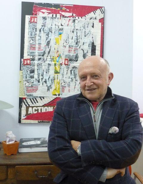 Bertrand Lavier chez lui devant une oeuvre de Raymond Hains