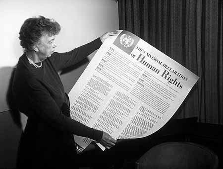 Eleanor Roosevelt devant l'affiche de la déclaration des droits de l'homme, version USA, en novembre 1949.