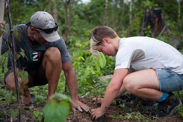 Plantation d'arbre - Alizée Cugney et Mike Horn