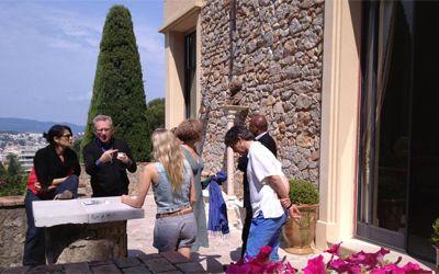 Le Jury prend l'air à l'extérieur de la Villa Domergue