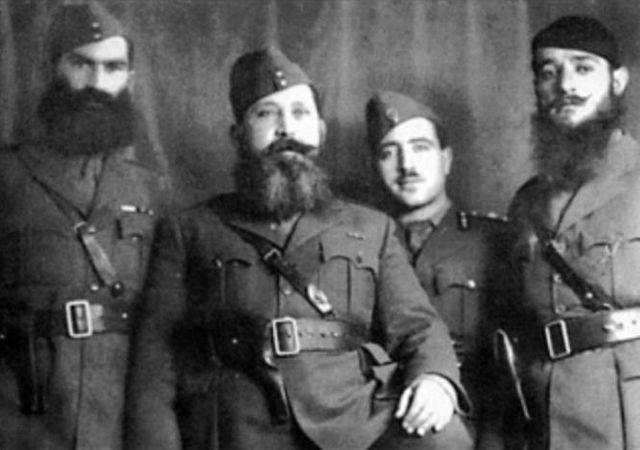 Napoleon Zervas, chef de la branche militaire de l'EDES (Ligue nationale démocratique grecque), entouré d'officiers
