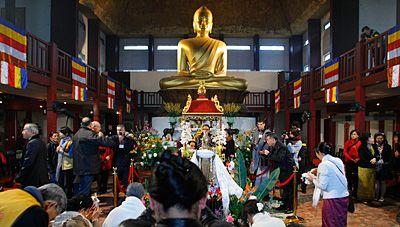 mai 2009. Les reliques du bouddha historique sont transférées à la Grande pagode du bois de Vincennes.
