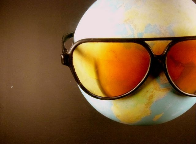 Mappemonde avec des lunettes de soleil (Sun Ray)