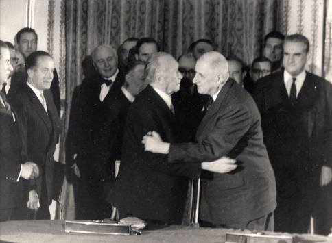 Le général de Gaulle et le chancelier Adenauer lors de la signature du traité de l'Elysée (Paris, 22 janvier 1963)
