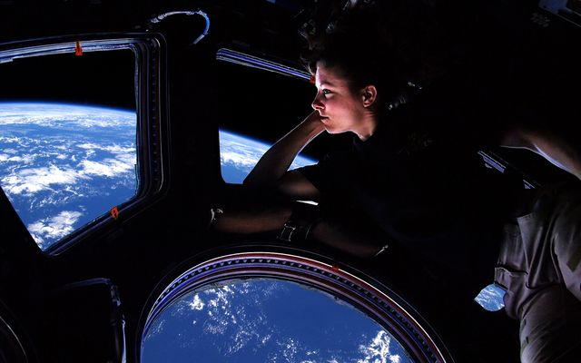 Tracy Caldwell Dyson regardant la Terre depuis l'espace