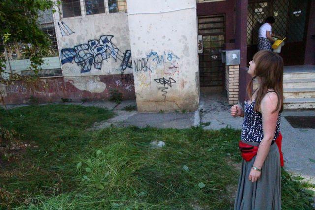 Adela à Sarajevo, à la recherche d'un ancien camp de femmes