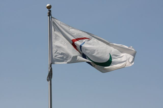 Le drapeau actuel du paralympisme, choisi en 2006, représente l'esprit, le corps et l'âme