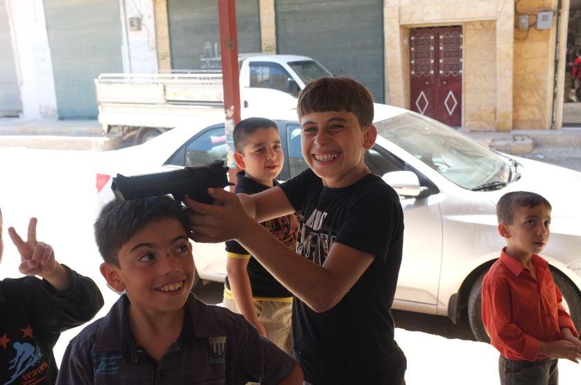 Marea: les enfants d'un village pres d'alep avec leur cadeau de fin de ramadan.