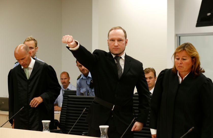 A son arrivée au tribunal, Anders Breivik a effectué un salut d'extrême droite