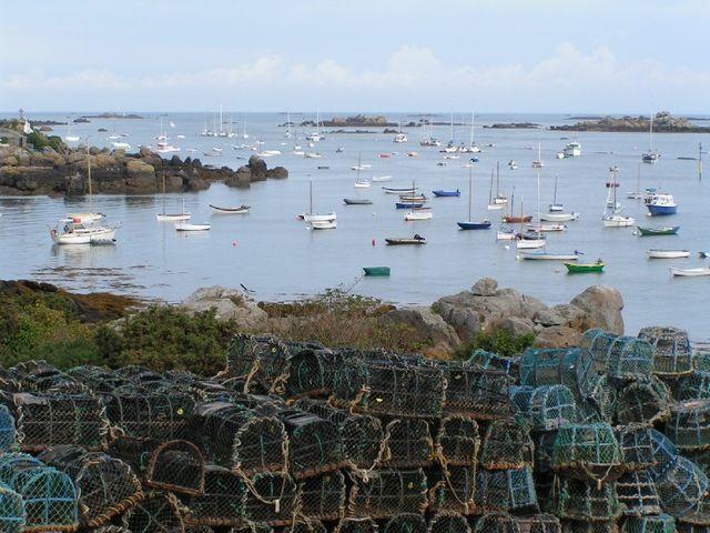 Chausey  (Manche)  naces à homards, bateaux, îles.